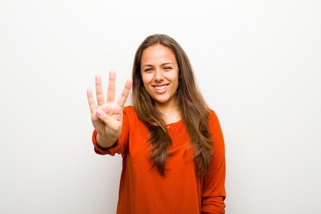 Шатенка показывает номер четыре или четвертый с рукой вперед