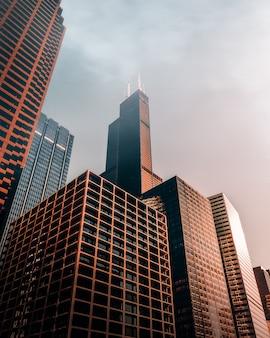 Коричневые высокие небоскребы