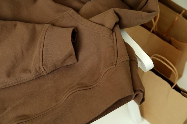 茶色のパーカーと紙袋