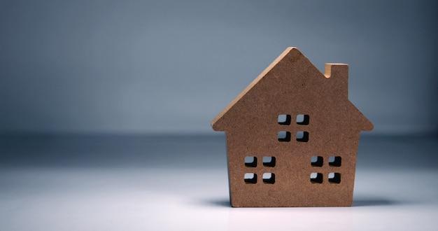 コピースペースを持つ茶色の家モデル