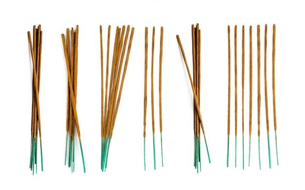 白い背景に分離された茶色のインドの香の香りの棒をクローズアップ。瞑想上面の仏教線香のセット