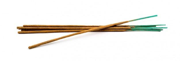 Коричневые индийские ароматические палочки, изолированные на белом фоне