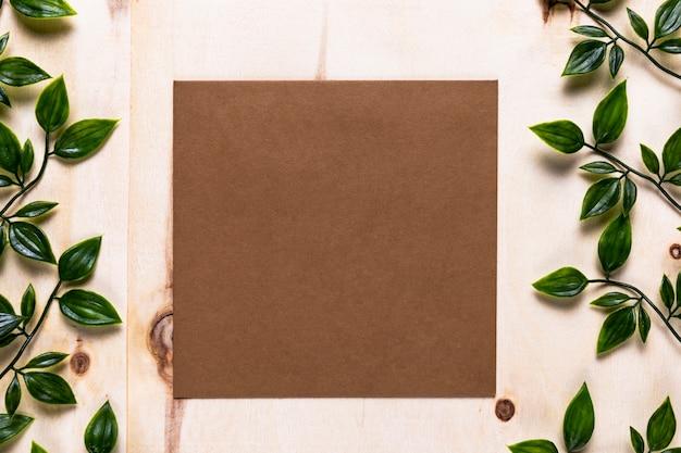 シンプルな背景に茶色の招待状 無料写真
