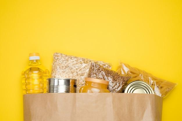 食料品と茶色のクラフトペーパーバッグ。製品のショッピング、食品の配達