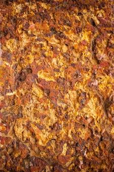 Стена из коричневого латерита.