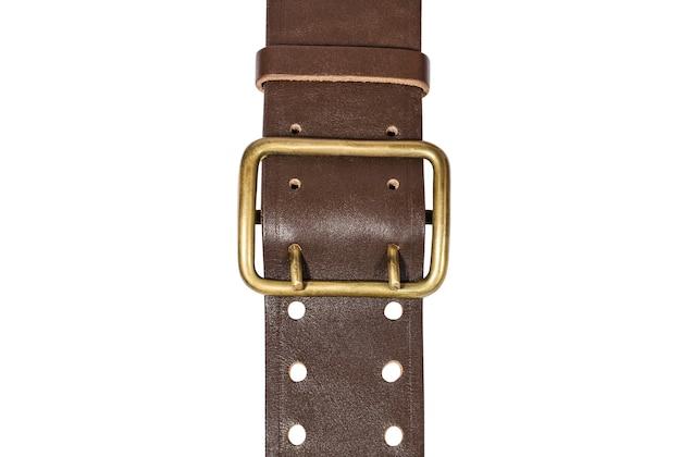 Коричневый кожаный ремень с металлической пряжкой крупным планом