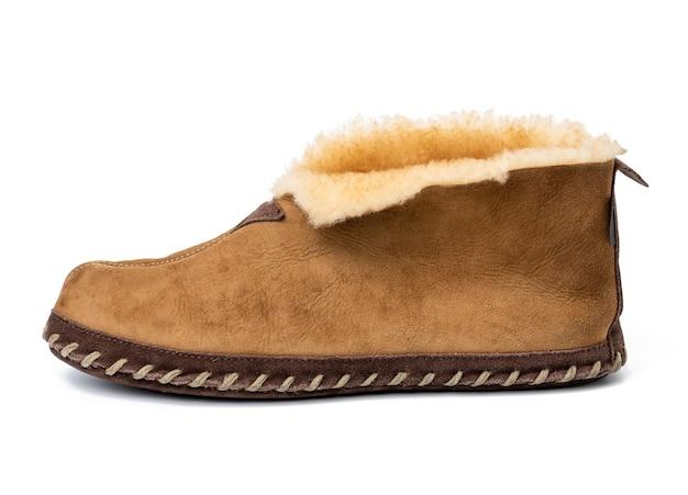 흰색 배경, 양 가죽 신발에 고립 된 갈색 가죽 부츠를 닫습니다.
