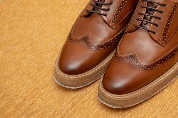 Коричневая кожаная роскошная обувь на шнуровке для делового мужчины или женщины. крупный план.