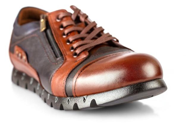 白い背景で隔離の茶色の革の男性の靴 Premium写真