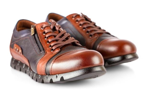 白い背景で隔離の茶色の革の男性の靴