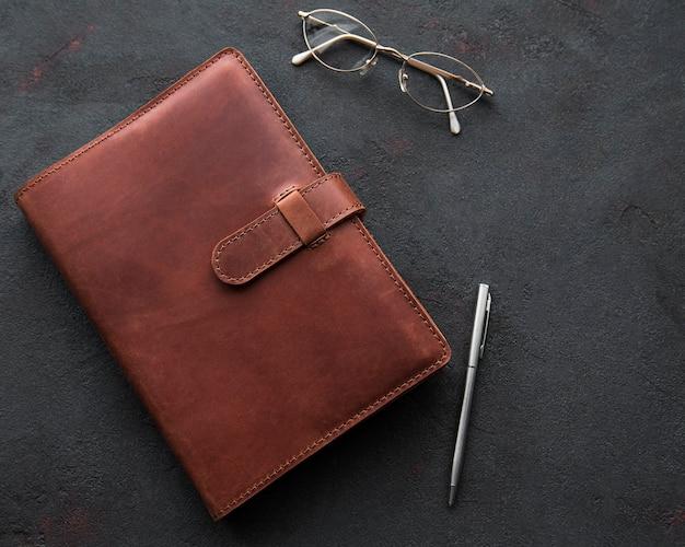 茶色の革のノート