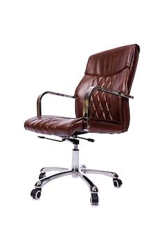 Коричневый кожаный офисный стул на белом