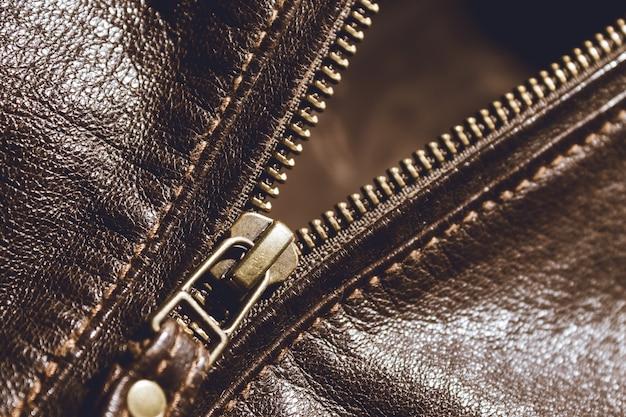 茶色の革の質感と金属ジッパー