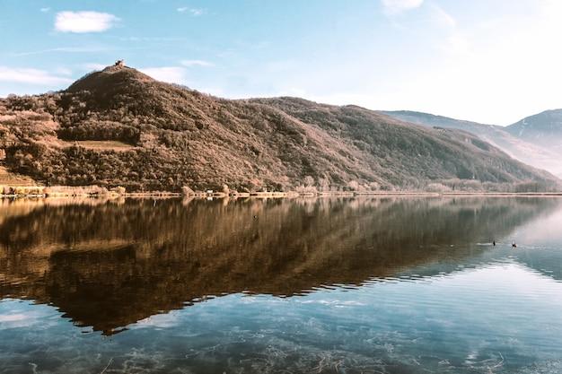 Бурые горы возле озера
