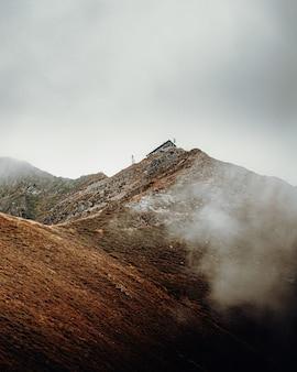 昼間の白い雲の下の茶色の山