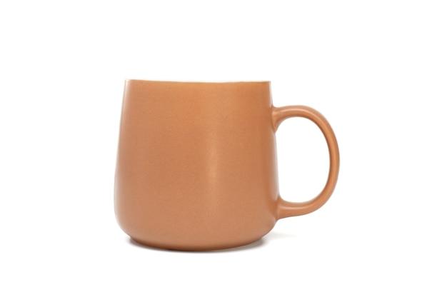 Коричневая кружка для чая или кофе на белом фоне