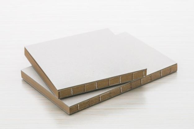 茶色のノートホワイトペーパーテーブル