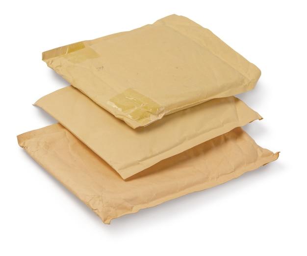 클리핑 패스와 함께 흰색 배경에 고립 된 갈색 오래 된 봉투