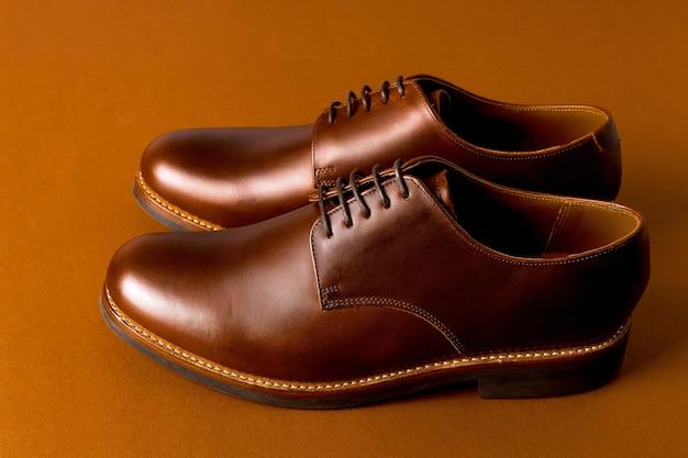 用紙の背景、コピー領域に茶色のオックスフォード靴。