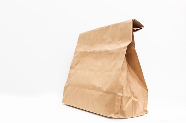 Коричневый пакет для доставки на белом фоне