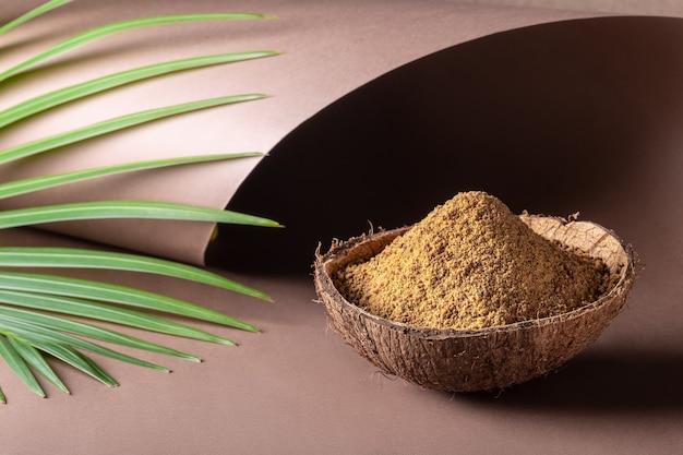 Коричневый пальмовый сахар в кокосовой скорлупе