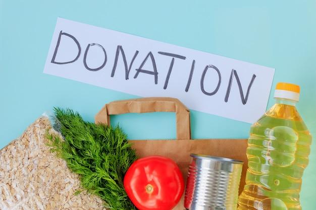 食品配達用の茶色の紙袋、オートミール、トマト、油、缶詰、ディル。