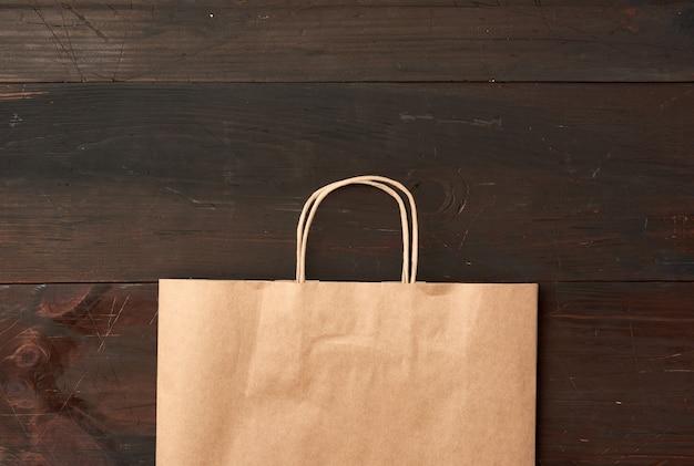 갈색 나무에 식품 포장을위한 갈색 종이 봉지