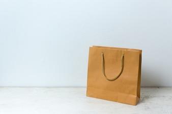 テーブル木製の背景に茶色の紙袋