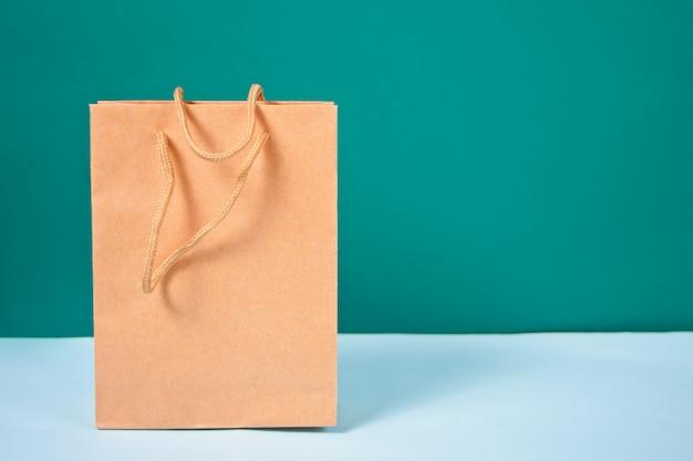파란색 테이블에 갈색 종이 봉지 서.