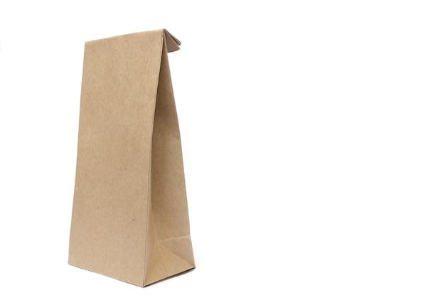 白い背景の正面と背面の半分の側面に分離された茶色のペーパークラフトバッグのパッケージテンプレート...