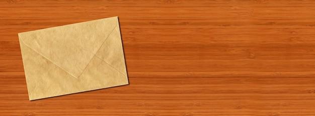 Enveloppe коричневой бумаги, изолированные на горизонтальном деревянном столе.