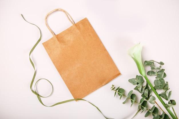 茶色の紙ギフトバッグは、白い背景を隔離