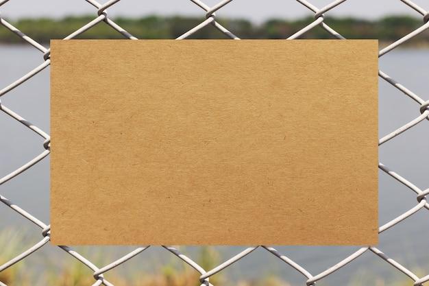 Бумажная бумага на металлическом заборе