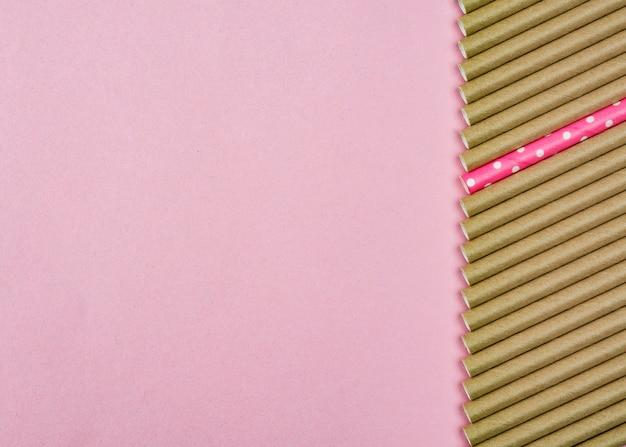Коричневая бумажная соломка с копией пространства