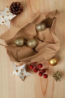 Оберточная бумага с рождественскими украшениями на фоне соснового дерева