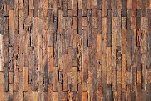 Коричневые куски досок обшиты деревянными стеновыми панелями. деревянный фон