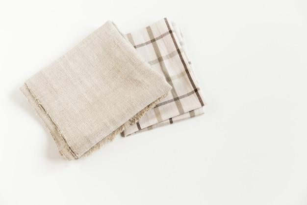 갈색 체크 무늬 식탁보와 회색 냅킨 거친 천 수건