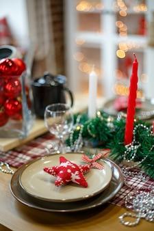 나무 테이블에 새해 장식의 갈색 접시