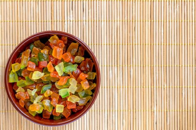 砂糖漬けの果物と茶色の鍋。上面図