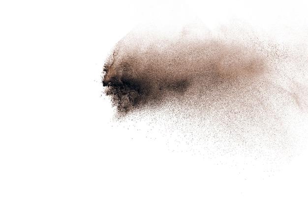 Взрыв коричневого порошка, изолированные на белом фоне.