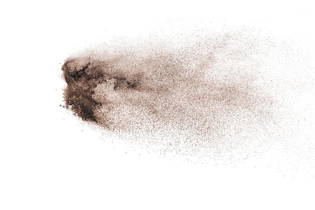갈색 분말 폭발 흰색 배경에 고립입니다.