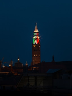 Torre marrone e rossa durante la notte