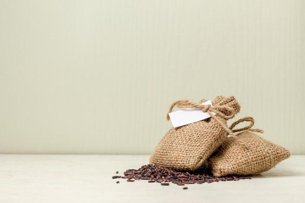 테이블 화이트 자루 가방에 현미