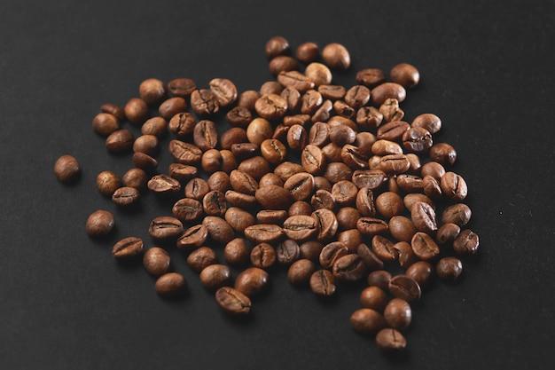 Коричневые жареные кофейные зерна крупным планом