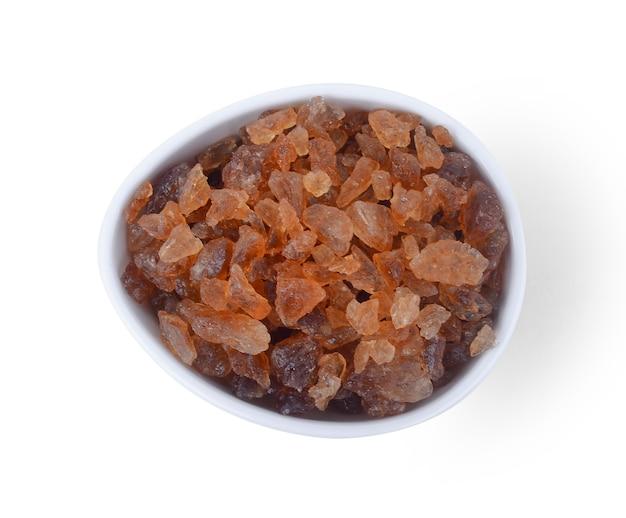白い表面に分離された茶色の氷砂糖。