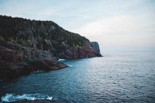 Бурые скалистые горы рядом с морем Бесплатные Фотографии