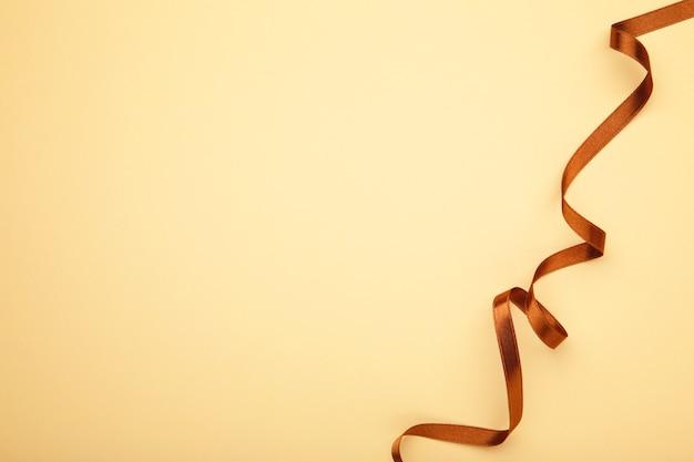 分離された茶色のサテンのリボン