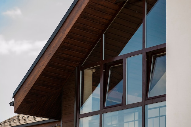 Коричневые окна в скандинавском стиле в частном коттедже