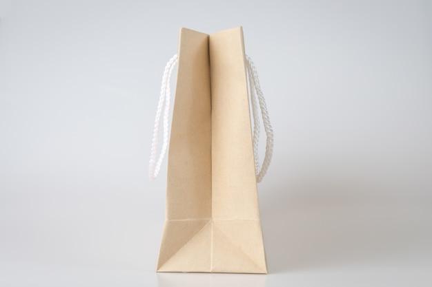 茶色の買い物袋1つの白い背景とプレーンテキストまたは製品のコピースペース