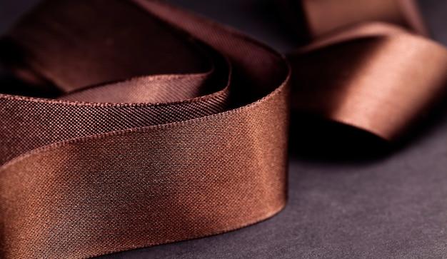 Гладкая атласная лента коричневого цвета